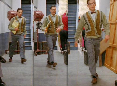 この男性はエキストラで、奥から手前に歩くだけの3秒くらいのシーンですが、当時のプレッピースタイルを再現した衣装を着ています。  蝶ネクタイ、ジオメトリックな左右