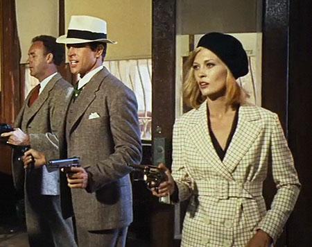 60年代末風にアレンジされた30年代の衣装ですが、洗練されていて、フェイダナウェイによく似合っています。映画でベレー帽を被っていたい影響で、ベレー帽が当時爆発的