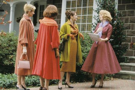 衣装は、50年代のドレスを元に、シーンのトーンに合わせて新規に製作されました。 衣装担当は、エキサイトしていたことでしょう。
