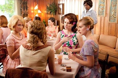 このシーンはランチを兼ねた若い主婦の交流会のシーンですが、服が華やか(実際にちょっとした集まりでもきちんとした服を着て出かけていたらしい)。