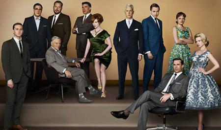 マッドメンは60年代初期が舞台。男性は整えたヘアーに、フェルトのソフト帽にスーツ、蝶ネクタイ、女性はクリノリン(パニエ)入りのワンピーススカート、ペンシル