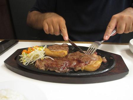 で、ステーキは、どうしたのかって? もちろん、食べに入り ...