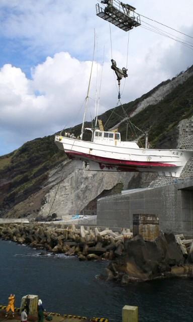 くらしの悩み、なんくるないさ!:漁船の出港@ 青ヶ島三宝港