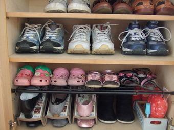 つっぱり棒で子供靴収納