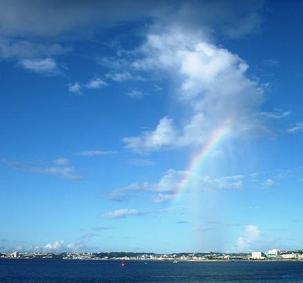 雲を突き抜ける虹