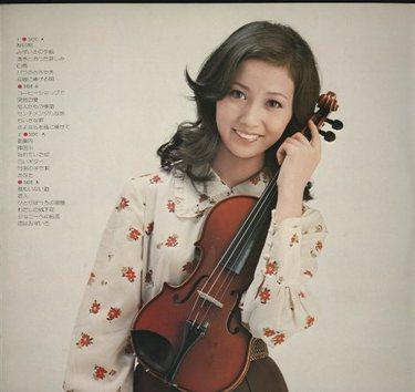 バイオリンを持っているあべ静代
