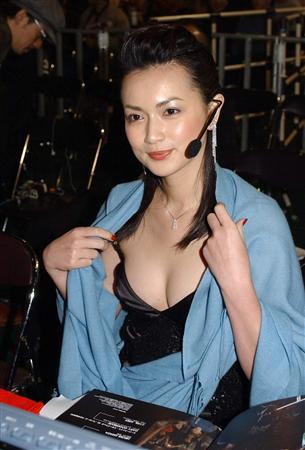 胸元セクシーな長谷川京子