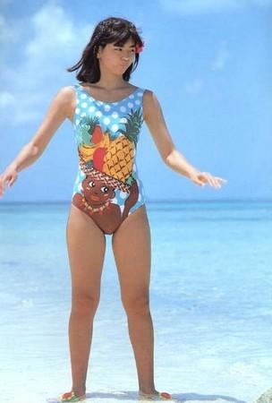 パイナップルの水着を着た中山忍