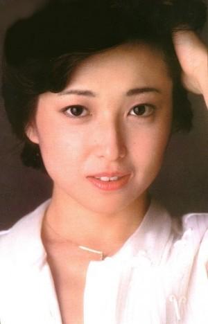 白いシャツで髪をかき上げる若い頃の竹下景子