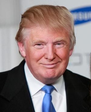 不敵にほほ笑むトランプ大統領