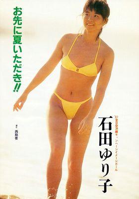 淡い黄色のビキニを着ている石田ゆり子