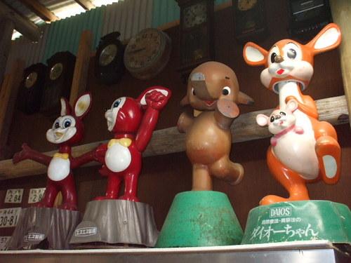 昔、薬局前に飾ってあった懐かしのエスエス製薬ウサギのキャラクター「ピョンちゃん」&佐藤製薬のゾウさんキャラクター「サトちゃん」&ダイオー株式会社のカンガルー