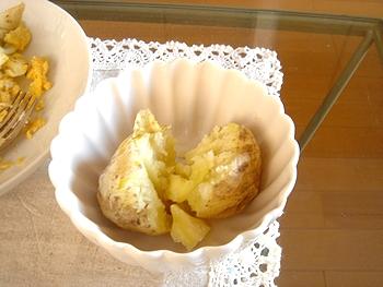 北海道さんのじゃがいもをレンジ用蒸し器で8分ほど蒸して、そのままじゃがバターです。塩やマヨネーズをかけたり、塩辛をのせても美味しい。